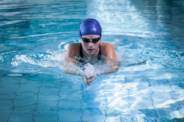 수영장에서 수영 맞는 여자