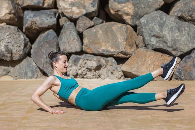 フィットネストレーニング中に脚を振る女性にフィット