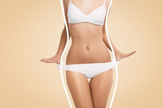 Montare la donna che indossa lingerie bianca