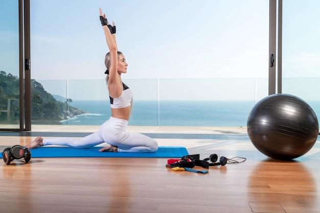 マットの上で運動しているフィット女性
