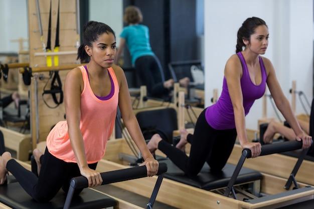 改質装置で運動しているフィット女性