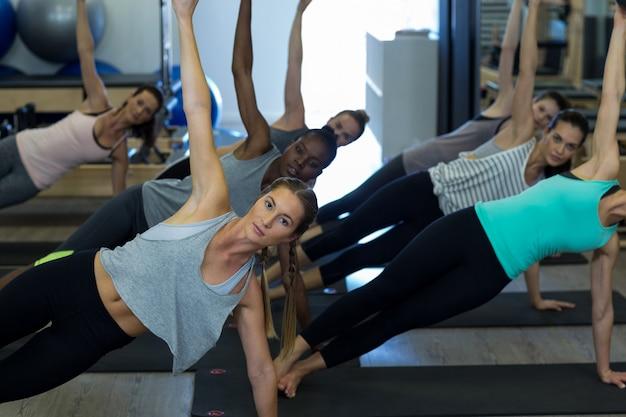 체육관에서 스트레칭 운동을 수행하는 맞는 여성