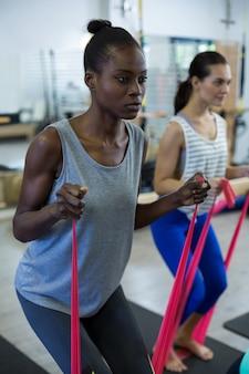 Подходит женщинам, выполняющим упражнения на растяжку с лентой сопротивления