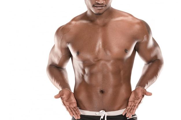 흰색에 고립 된 아름다운 몸통과 맞는 젊은 남자