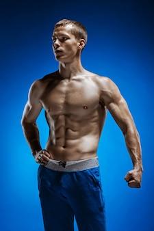 블루에 아름다운 몸통을 가진 젊은 남자에 맞게