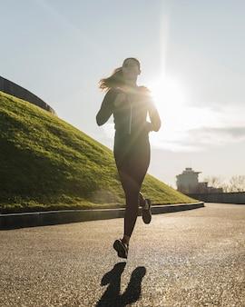 屋外ジョギングフィットの若い女性