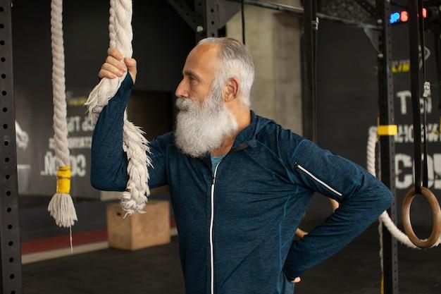 Fit старший мужчина отдыхает после тренировки