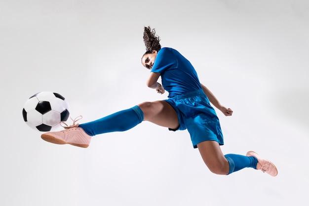 Fit взрослая женщина играет в футбол