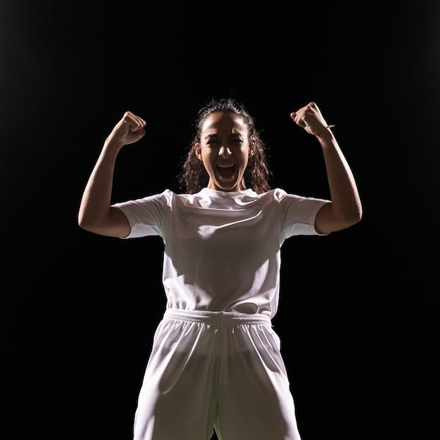 Fit женщина в спортивной одежде празднует