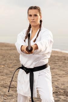 Fit молодая девушка занимается каратэ