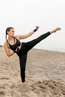 Fit тренировки спортсмена в спортивной одежде на открытом воздухе