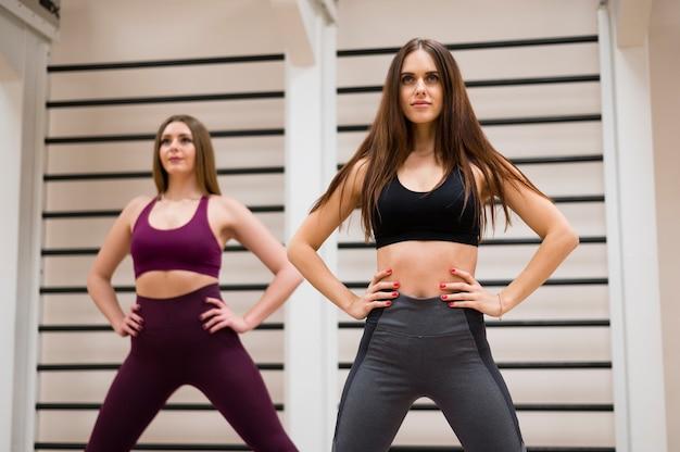 Fit женщины тренируются вместе в тренажерном зале