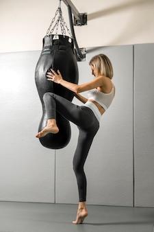 Fit молодая женщина, тренируясь в тренажерном зале
