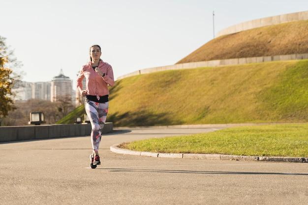 Fit спортсмен работает на открытом воздухе