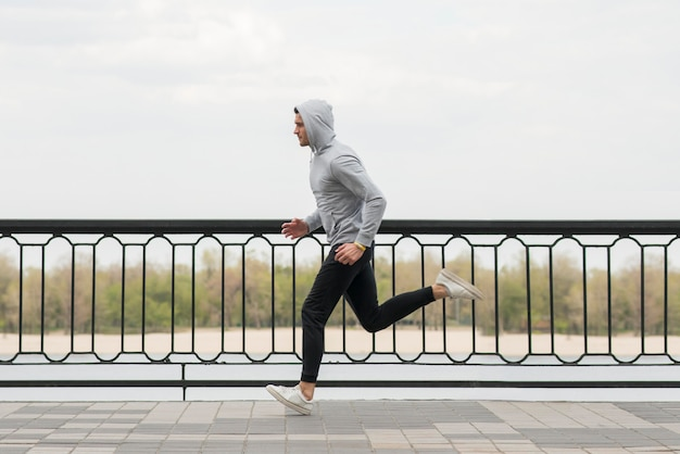 Fit взрослый мужчина, бег на открытом воздухе
