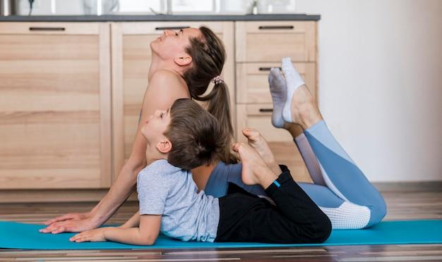 Fit мать тренируется с сыном