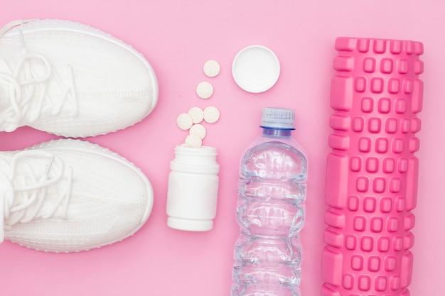 피트니스 분홍색 배경에 헤드폰이 달린 물 운동화 한 병, 분홍색 비디오