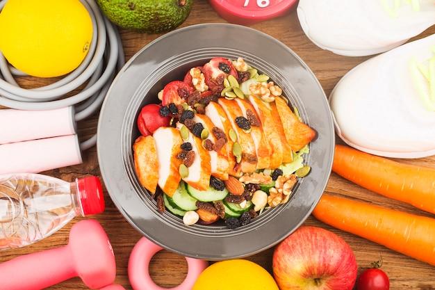 フィットネスとアクティブな健康的なライフスタイルのコンセプト。鶏の胸肉サラダのプレート