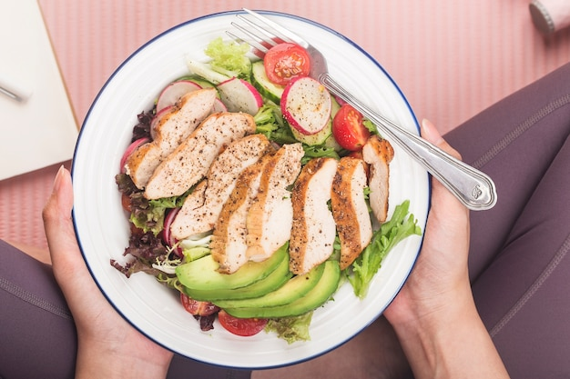 フィットネスとアクティブな健康的なライフスタイルのコンセプト。鶏胸肉のサラダのプレート