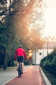 道路上にバイクを持つフィットネス少年