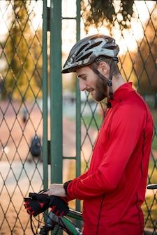 Фитнес мальчик с велосипедом