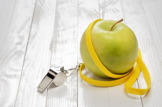 Фитнес концепция и яблоко