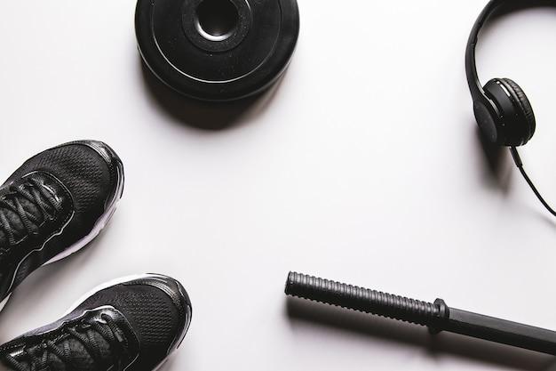 スニーカー、水筒とフィットネスコンセプトの背景。テキスト用のスペースのある上面図
