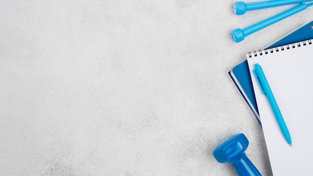 Концепция фитнеса с рамкой гантелей