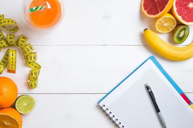 과일 주스 한 잔과 센티미터 상위 뷰 배경 개념이 포함된 피트니스 개념