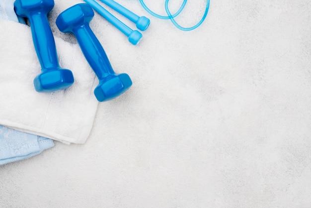 Концепция фитнес с фоном штукатурка