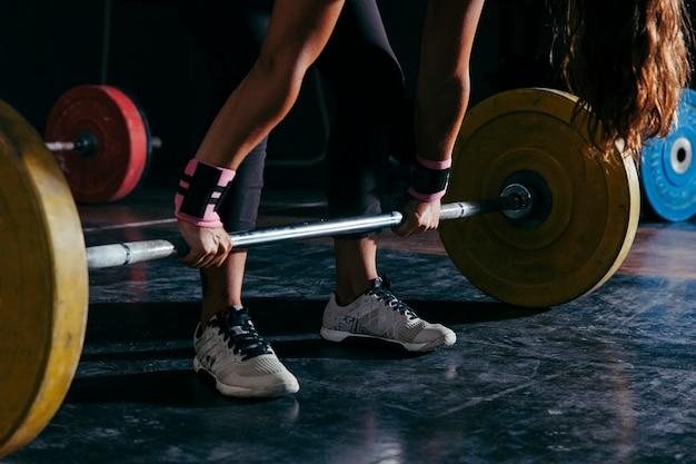 Концепция фитнеса с женщиной и штангой
