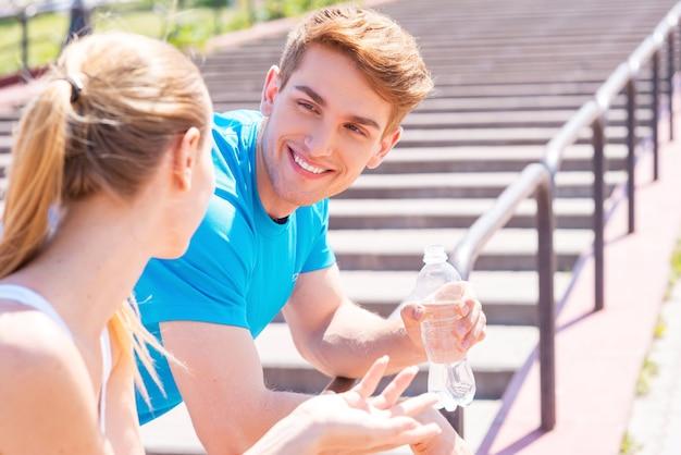 Пара фитнеса. молодая пара в спортивной одежде стоя лицом к лицу и улыбается