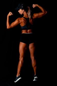 근육질의 몸을 가진 피트 니스 여성 여성은 그녀의 운동을 할 매력적인 섹시 피트 니스 여자