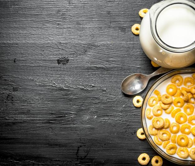 フィットネスフード。ガラス皿に牛乳を入れたシリアル。