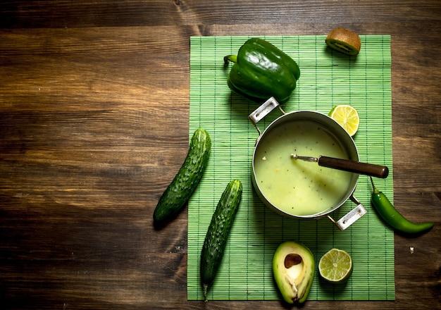 Фитнес-питание. здоровый напиток из фруктов и овощей.