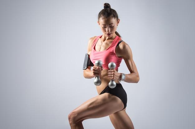 Фитнес девушка делает гантель тренировки