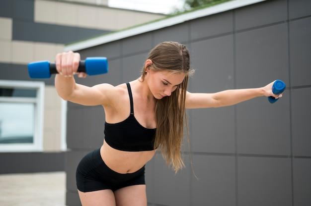 スポーツ演習を行うフィットネス女の子