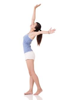 피트니스 소녀 스트레칭과 흰색 배경에 무료, 전체 길이 초상화를 느낍니다.