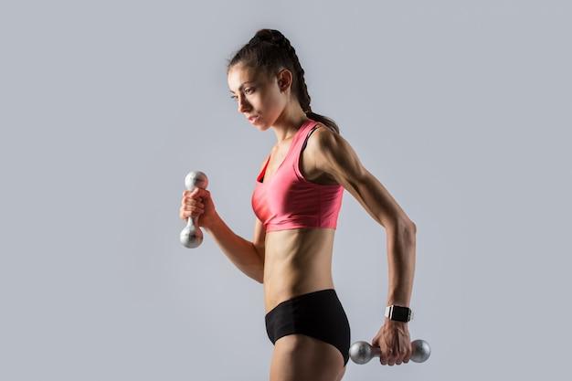 Фитнес девушка, работающая с весами