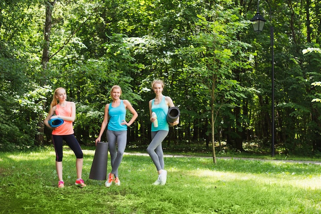 晴れた日に公園でフィットネスグループの女性