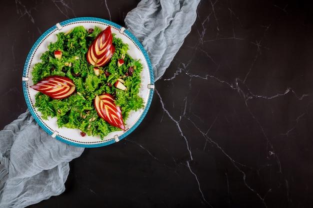 Фитнес здоровый салат с капустой и яблоком.