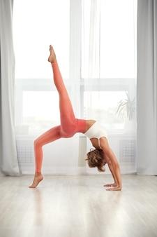 Фитнес дома. красивая женщина делает упражнения дома в гостиной.