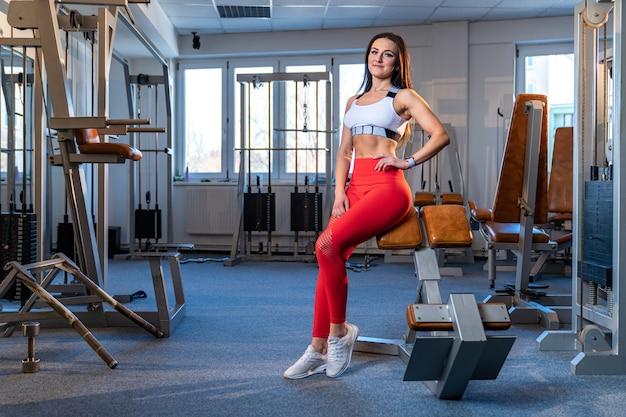 ジムスポーツ美しい若い女性のフィットネスインストラクター