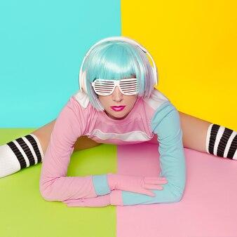 Фитнес леди минимальная мода поп-арт ваниль пастельные тона девушка dj стиль куклы