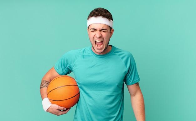Фитнес-мужчина агрессивно кричит, выглядит очень злым, расстроенным, возмущенным или раздраженным, кричит нет