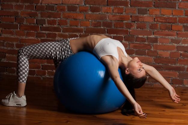 Fitball로 운동하는 피트니스 모델
