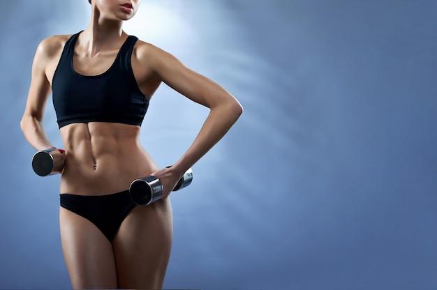Фитнес-модель с гантелями