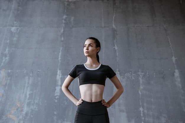 Фитнес-модель работает на открытом воздухе