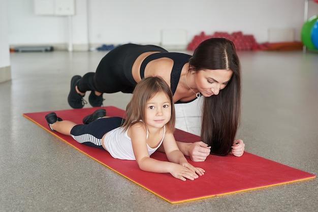 Фитнес для матери и ребенка. занятия спортом с детьми. фитнес-центр.