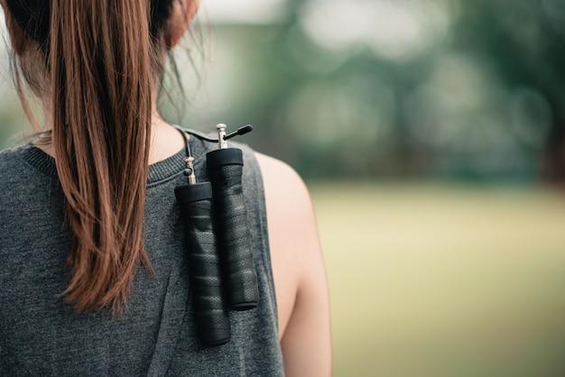 Открытый фитнес-концепция, женские тренировки со скакалкой в парке.